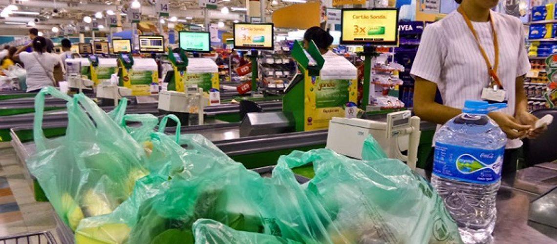 Novas sacolinhas de supermercado recicláveis em Supermercado de São Paulo.